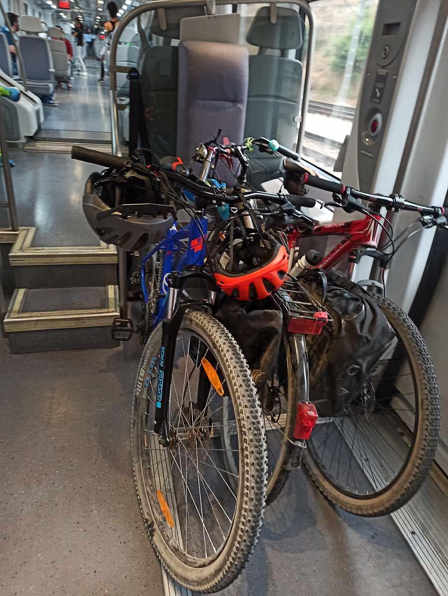 Bicicletas en el cercanías de Madrid.